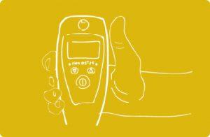 Żółta grafika z ręką trzymająca alkoblokadę.